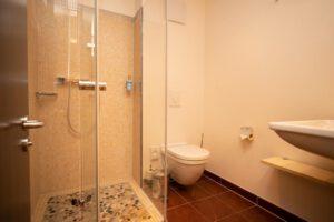 Badezimmer mit Dusche und Toilette - Bergwirtschaft Wilder Mann (bei Dresden)
