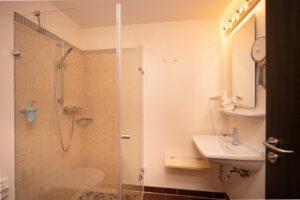 Badezimmer mit Dusche - Bergwirtschaft Wilder Mann (bei Dresden)