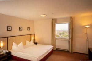 Gesamtansicht Standard-Doppelzimmer mit Stadt-Ausblick - Bergwirtschaft Wilder Mann (bei Dresden)